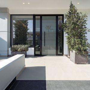 Πόρτα ασφαλείας με φάσες γυαλιού και κατασκευή πλαϊνών σταθερών