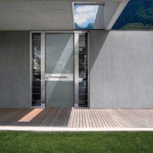 Πόρτα ασφαλείας με φάσες γυαλιού και πλαϊνά με ράβδους Inox