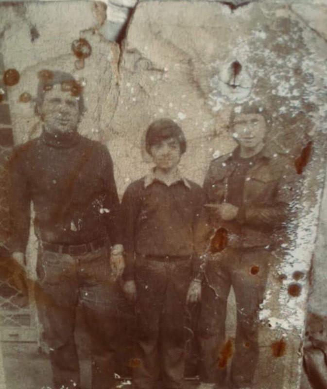 Στη φωτογραφία αριστερά διακρίνεται ο Ν. Φωτεινόπουλος με δύο υπαλλήλους της Επιχείρησης το έτος 1978.
